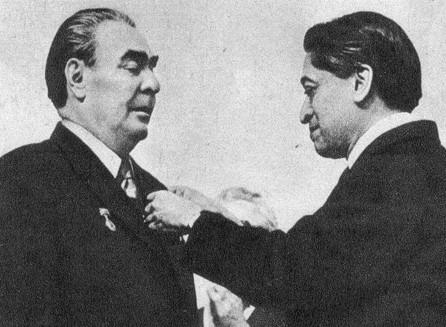 Вручение награды Леониду Ильичу Брежневу